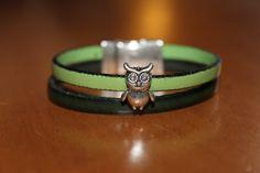"""""""NOUVEAUTE"""" bracelet en cuir vert , avec un hibou fermoir aimanté : Bracelet par isabond007"""