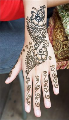 I know this looks like just another back-hand mehndi, but hear (read) me out. Picture this motif on your shoulder, crawling down your arm. See? Amazing, right! I bet it is. Now go ahead and try it out. (Psst….Hey, if you do try it out, don't forget to send us a picture)