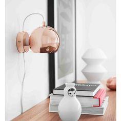 Un diseño más cuyo encanto se encuentra en la simplicidad de su forma. La lámpara Ball consta únicamente de una pantalla de acero de forma esférica que al colgar se presenta con una fuerza única. La claridad del objeto y su color la hacen mantenerse con fuerza propia, es casi como si desafiara las fuerzas naturales al sostenerse en el aire.