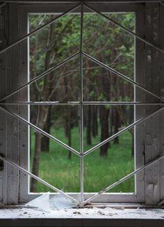 Ausblick: An vielen Fenstern sind Gitter angebracht. Oftmals wurden sie grob zusammengeschweißt und sind nur sehr einfach gestaltet.