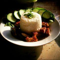 Sült hús rizzsel uborkával spenóttal