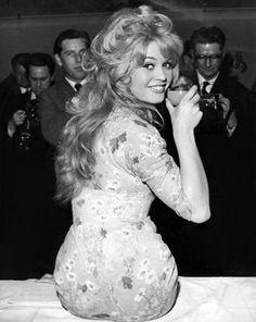 Bridget Bardot! Regarde son derrière en forme de cœur <3 Très féminin!