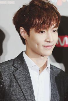 EXO Lay dimples! voyez-vous ces fossettes ! que c'est mignon