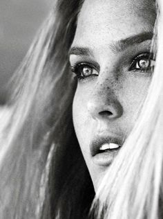 bar refaeli by sergi pons for glamour spain december 2012 Foto Portrait, Portrait Photography, Black And White Portraits, Black And White Photography, Bar Refaeli, Beautiful People, Beautiful Women, Model Foto, Too Faced