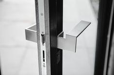 Nieuw deurbeslag? Dan is het tijd om de oude deurklink te vervangen. We leggen je in ons blog uit hoe je dit in vier eenvoudige stappen het snelst doet! Window Handles, Door Handles, Tord Boontje, Steel Doors, Interior Inspiration, Branding Design, Chrome, Villa, Ribbon