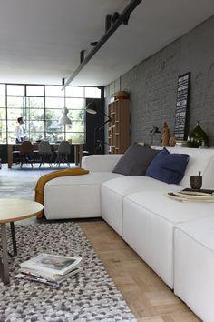 Minimalistisch wonen met een heerlijke ligbank. Bank Finn. Loft, Blog Deco, Decoration Design, Couch, Living Room, Cool Stuff, Modern, Centre, Furniture