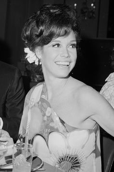 Remembering the feminist icon's most stylish moments. Old Hollywood Actresses, Classic Actresses, Hot Actresses, Golden Age Of Hollywood, Hollywood Stars, Laura Petrie, 1960s Tv Shows, Mary Tyler Moore Show, Tv Icon