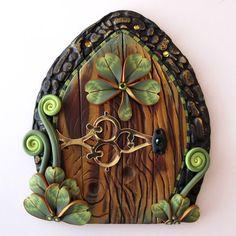 sandylandya Shamrock Fairy Door Pixie Portal by Claybykim on Etsy Más Fairy Garden Doors, Fairy Garden Houses, Fairy Doors, Fairy Gardens, Gnome Garden, Clay Projects, Clay Crafts, Fee Du Logis, Polymer Clay Fairy