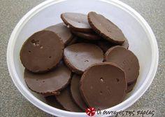 Caramel chocolates with sea salt Greek Sweets, Chocolate Caramels, Christmas Sweets, Cupcake Cookies, Cupcakes, Sweet Life, Finger Foods, Food Art, Fudge
