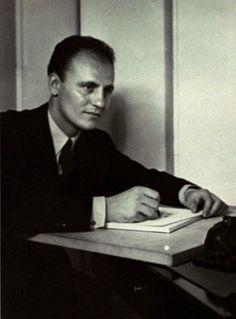 Pierre Balmain là 1 nhà thiết kế thời trang vô cùng phổ biến lúc bấy giờ