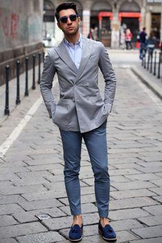 Light gray blazer / light blue shirt / baby blue slim-fit Chinos / Blue hue Boat shoes 浅灰色西装外套。浅蓝色衬衫,灰蓝色瘦身剪裁九分裤,正蓝色帆船鞋,夏天的清爽商务搭配