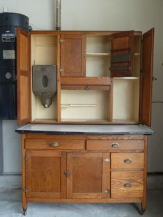 American Antique Kitchen Hutch / Hoosier ! Love these ! :) Download the FLEATIQUE App on the App Store ! ( Antique / Fleamarket Resource App ) Vintage home decor style upcycle upcycled refurbish refurbished antique antiques furniture design hgtv country living southern mall store shop fleamarket flea market
