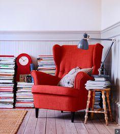 Ikea » STRANDMON fauteuil, BENZY LAND kussen, IKEA PS 1995 klok, TÅRNBY vloerkleed, ARÖD bureaulamp.