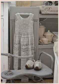 **gehaakt jurkje in grijze tint**