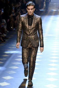 Dolce & Gabbana Fall 2017 Menswear Fashion Show Collection: See the complete Dolce & Gabbana Fall 2017 Menswear collection. Look 21 Dolce & Gabbana, Blazer Fashion, Mens Fashion Suits, Fashion Show, Fashion Design, Men's Fashion, Milan Fashion, Daily Fashion, Autumn Fashion