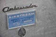 Airstream Ambassador Land Yacht  Beliebte Oldtimer Wohnwagen - eine Aufstellung von Vintage-Caravan.de Caravan, Airstream, Vintage, Decor, Lining Up, Travel Trailers, Antique Cars, Decoration, Vintage Comics