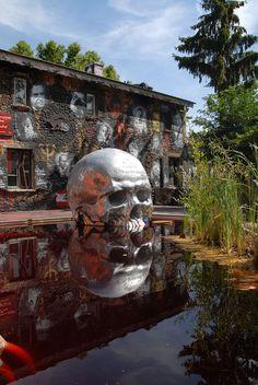 La Demeure du Chaos est un musée à ciel ouvert de 12 000 m² qui met en avant ce que les hommes sont capables de faire à travers des oeuvres d'art toutes plus troublantes et fascinantes les unes que les autres. Voici 27 splendides sculptures colossales en acier ...