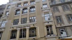 Fachada renovada do edifício do Santander Totta na Rua Augusta em Lisboa