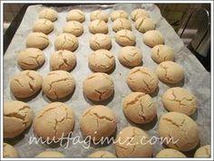 dünyanın en basit ve de en leziz kurabiyeleri fırından çıktı:):) DÜŞÜNÜN İÇİNDE MARGARİN HATTA YUMURTA BİLE YOK! TAHINLI KURABIYE -1 ajda cay bardagi dolsu tahin -1 su bardagi sivi yag -1bucuk su bardagi pudra sekeri -1er paket kabartma tozu ve vanilya - aldigi kadar un ( 3-3.5 bardak kadar kontrollu koyulmasinda fayda var ) Oldukca…