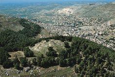 Monte Gerizim e, o Monte Eba-Essas duas montanhas elevam-se acima da antiga cidade de Siquém, onde foram enterrados os ossos de José. (Ver Jos. 24:32.)Vista oeste. À esquerda, está o Monte Gerizim e, à direita, o Monte Ebal. Vê-se aqui a atual Nablus. A antiga cidade de Siquém situava-se entre as duas montanhas no vale abaixo-logo à direita da foto