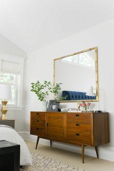 deco de chambre avec meuble vintage et grand miroir carre au cadre en metal effet revetement en bambou clair
