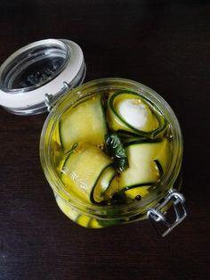 Eingelegte Zucchini-Mozzarella-Röllchen, ein beliebtes Rezept mit Bild aus der Kategorie Vegetarisch. 1 Bewertung: Ø 3,3. Tags: einfach, Gemüse, Haltbarmachen, kalt, Käse, Party, Schnell, Snack, Vegetarisch, Vorspeise