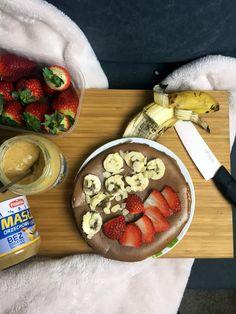Propozycja słodka – omlet  Potrzebujesz:      1 jajko     2 białka jaja     odrobinę proszku do pieczenia     pół łyżeczki oleju kokosowego (do smażenia)     2 łyżki mąki (użyłam mąki z amarantusa)     łyżka masła orzechowego Primavika     ulubione owoce