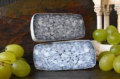 Este queso es la más reciente creación de la quesería Cuirols, propiedad de Josep Venturós y M. Dolors Feliu, situada en el pequeño pueblo de La Nou de Berguedà, en la comarca del Alt Berguedà, Cataluña. Queso de coagulación enzimática, al que se añade carbón vegetal en la cuajada, corteza blanca de Penicillium candium, 2 meses de maduración. El nombre del queso hace referencia al el efecto mármol de su pasta.