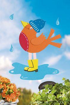 Herbst ohne Regen? Gibt's nicht. Damit bei Schmuddelwetter keine allzu trüben Gedanken aufkommen: Basteln Sie doch mit Ihren Kindern ein Fensterbild mit einem Vogel, der auch im Regen Spaß hat.