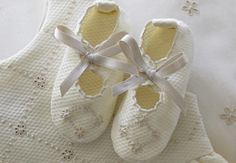 Sapatinhos de bebe #madeiraembroidery #baby #handmade #bordal  www.bordal.pt