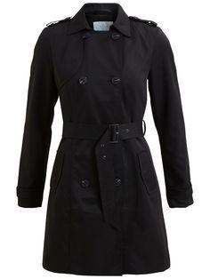Modellnamn: VITHREE LONG TRENCHCOAT | Klassisk övergångstrenchcoat | Knappknäppning | Skärp i midjan | Detalj på ärmsluten | Detalj vid axlarna | Fickor fram | En innerficka | Tunna axelvaddar | Längd: 90 cm i storlek M | Ärmlängd: 63 cm | Modellen är 178 cm lång och bär storlek M | Baskläder är ett måste i varje kvinnas garderob. Kollektionen är enkel, så att du smidigt kan kombinera dina baskläder med feminina, mönstrade och tuffa plagg. Dessutom är de lätta att använda på jobbet samt…