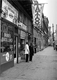 Old Tattoo Shop. Et Tattoo, Tattoo Care, Tattoo Shop, Vintage Flower Tattoo, Vintage Tattoos, Antique Tattoo, Retro Interior Design, Tattoo Portfolio, Tattoo Parlors