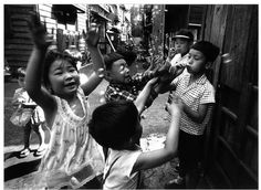 Japanese kids playing with soap bubbles. 1961 by William Klein. Herbert List, Best Street Photographers, French Photographers, Fine Art Photography Galleries, Contemporary Photography, Abstract Photography, Man Ray, Tokyo, Paris New York