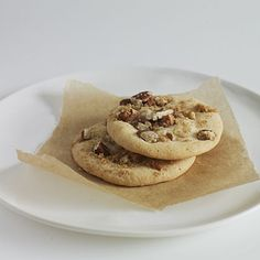 Simple cookie recipes you can enjoy without the guilt. Chocolate chip cookies, oatmeal cookies, ginger cookies, even Snickerdoodles taste great with less fat and sugar. Crisp Cookies Recipe, Crisp Recipe, Heart Healthy Desserts, Healthy Dessert Recipes, Healthy Heart, Delicious Desserts, Yummy Food, Holiday Desserts, Holiday Treats