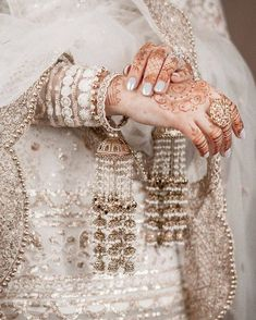 Unique Punjabi marriage rituals you should know about! Bridal Jewellery Inspiration, Indian Bridal Jewelry Sets, Bridal Bangles, Bridal Accessories, Wedding Jewelry, Indian Wedding Jewellery, Pakistani Bridal Jewelry, Wedding Hair, Bridal Hair