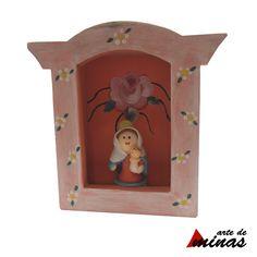 Oratório em madeira (MDF) em pátina, com imagem em biscuit (modelagem manual) de Nossa Senhora Mãe Rainha.