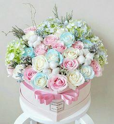 Hat Box Flowers, Flower Box Gift, Beautiful Bouquet Of Flowers, Flowers For You, Flower Boxes, Beautiful Roses, Beautiful Flowers, Orchid Flower Arrangements, Beautiful Flower Arrangements