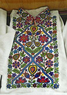 Чоловіча вишиванка, музей в Коломиї, Україна. Museum of Hutsul Folk Art, Kołomyja, Ukraine