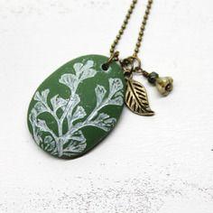 Esprit botanique - collier pendentif galet plante sauvage - pâte polymère, verre de bohême et chaîne métal bronze -