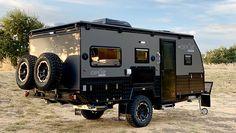 Vette off-road caravan is voor de kampeerders die gesteld zijn op luxe - FHM Off Road Camper Trailer, Camper Trailers, Campers, Step Tv, Off Road Camping, Off Road Tires, Rvs For Sale, Roof Rack, Caravan