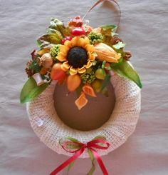 őszi ajtódísz Floral Wreath, Wreaths, Table Decorations, Furniture, Home Decor, Homemade Home Decor, Door Wreaths, Home Furnishings, Deco Mesh Wreaths