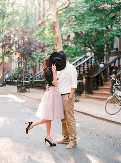 Romantic NYC e-sesh: http://www.stylemepretty.com/new-york-weddings/new-york-city/2015/09/29/romantic-nyc-anniversary-session/ | Photography: Le Secret D'Audrey http://lesecretdaudrey.com/