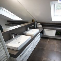 Discover a modern bathroom waxed concrete double basin under the eaves. Small Attic Bathroom, Modern Bathroom, Master Bathroom, Cocinas Kitchen, Attic Bedrooms, Kitchen Cabinet Styles, Basin, Storage Spaces, Toilet
