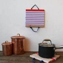 Uma maneira diferente de pensar e fazer artesanatos. O Artesanatos e Reciclagem trás idéias e passo a passo de diversos artesanatos e projetos para você fazer em casa.