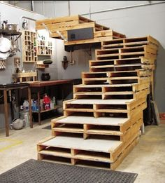 This is a stairway that by its design is perfect for garages and lofts. Its main element is the wooden pallets in their original condition all stacked together but leaving a step every 2 pallets. T…