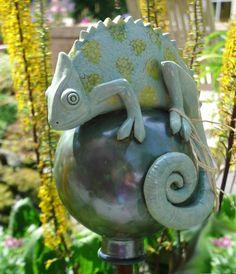 Tierfigur Chamäleon auf Keramik Kugel Mehr