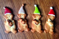 Little cookie bears. Like the Christmas hats. Could also be polka dotted party hats Funny Food, Food Humor, Christmas Hats, Merry Christmas, Polka Dot Party, Mini Cakes, Party Hats, Gingerbread Cookies, Biscuits