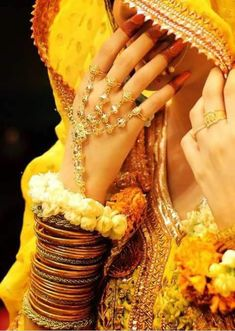 Indian Wedding Photography Poses, Girl Photography Poses, Bridal Poses, Bridal Photoshoot, Whatsapp Dp, Pakistani Bridal Dresses, Wedding Dresses, Pakistani Mehndi Dress, Mehendi
