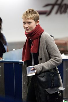 Mia Wasikowska Photos - Alice in Wonderland actress Mia Wasikowska prepares to depart Los Angeles International Airport (LAX) bundled up with a bright red scarf. - Mia Wasikowska at LAX Alice In Wonderland Actress, Mia Wasikowska, Red Scarves, Pixie Hairstyles, Fashion 2020, Actors & Actresses, Sweater Cardigan, Short Hair Styles, Turtle Neck