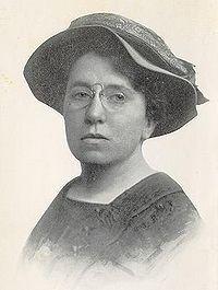 Emma Goldman (Kaunas, 27 de junio de 1869 – Toronto, 14 de mayo de 1940) fue una anarquista lituana de origen judío, conocida por sus escritos y sus manifiestos libertarios y feministas. Fue una de las pioneras en la lucha por la emancipación de la mujer. Emigró a los Estados Unidos cuando contaba 16 años, donde trabajó como obrera textil y se unió al movimiento libertario. En 1919 fue expulsada del país y deportada a Rusia.